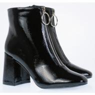 λουστρίν μποτάκι με χοντρό τακούνι σε μαύρο χρώμα. το μποτάκι έχει φερμουάρ και είναι άνετο με σταθε